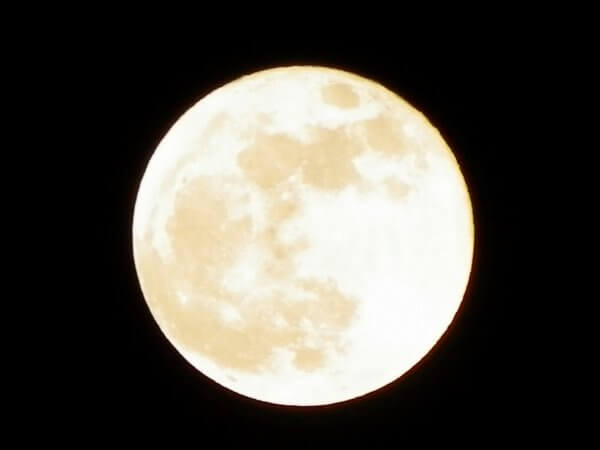 スーパームーン・月をスマホできれいにアップで撮る方法!無料でイケるか?